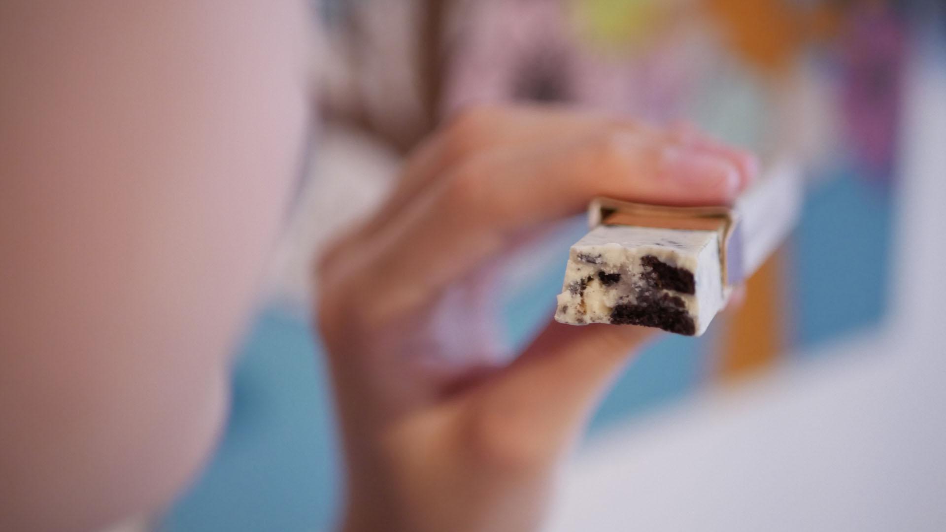 Tableta de chocolate Artekao en mano de consumidor